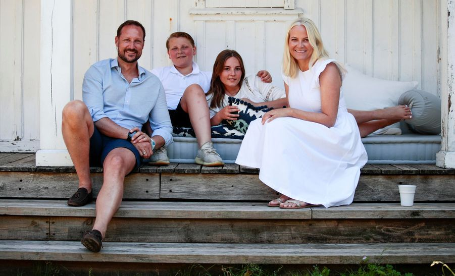 La princesse Mette-Marit et le prince Haakon de Norvège avec leurs enfants sur l'île de Dvergsøya, le 10 juillet 2019