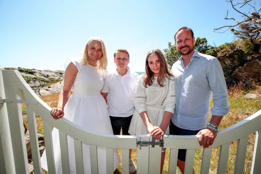 Les princesses Mette-Marit et Ingrid Alexandra et les princes Sverre Magnus et Haakon de Norvège sur l'île de Dvergsøya, le 10 juillet 2019