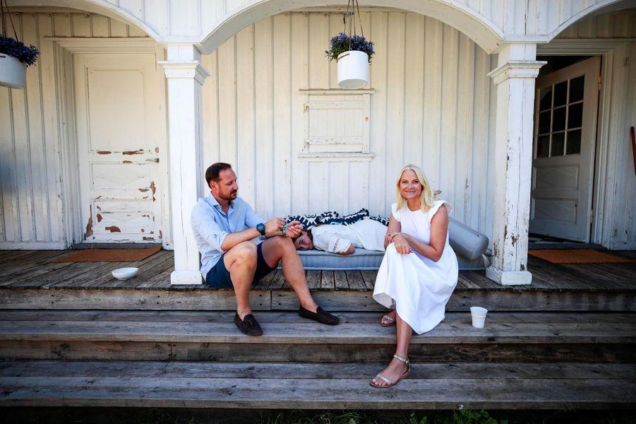 Les princesses Mette-Marit et Ingrid Alexandra et le prince Haakon de Norvège sur l'île de Dvergsøya, le 10 juillet 2019