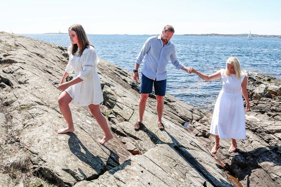 Les princesses Ingrid Alexandra et Mette-Marit et le prince Haakon de Norvège sur l'île de Dvergsøya, le 10 juillet 2019