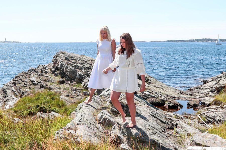 Les princesses Mette-Marit et Ingrid Alexandra de Norvège sur l'île de Dvergsøya, le 10 juillet 2019