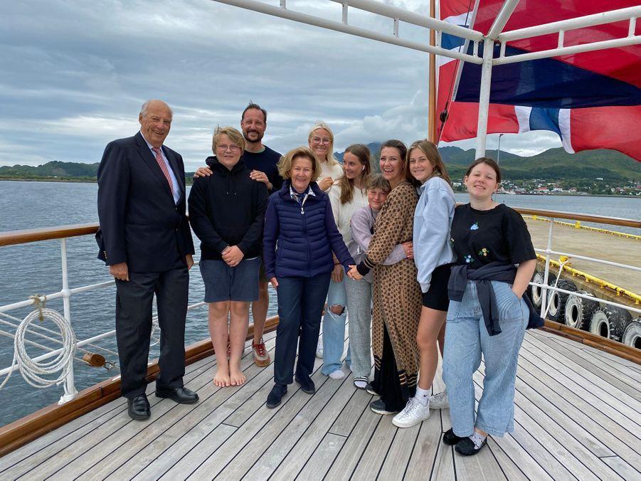 La famille royale de Norvège à bord du Norge dans les îles Lofoten en août 2020