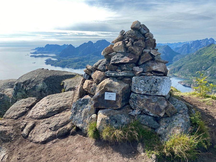 Un mot laissé par la reine Sonja de Norvège dans les îles Lofoten en août 2020