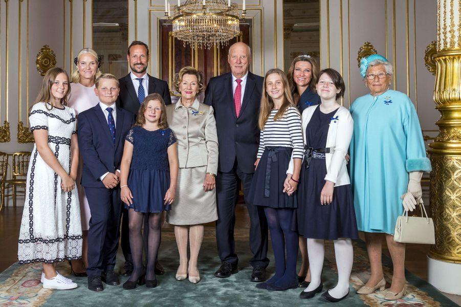La reine Sonja et le roi Harald V de Norvège avec la famille royale à Oslo, le 29 août 2018