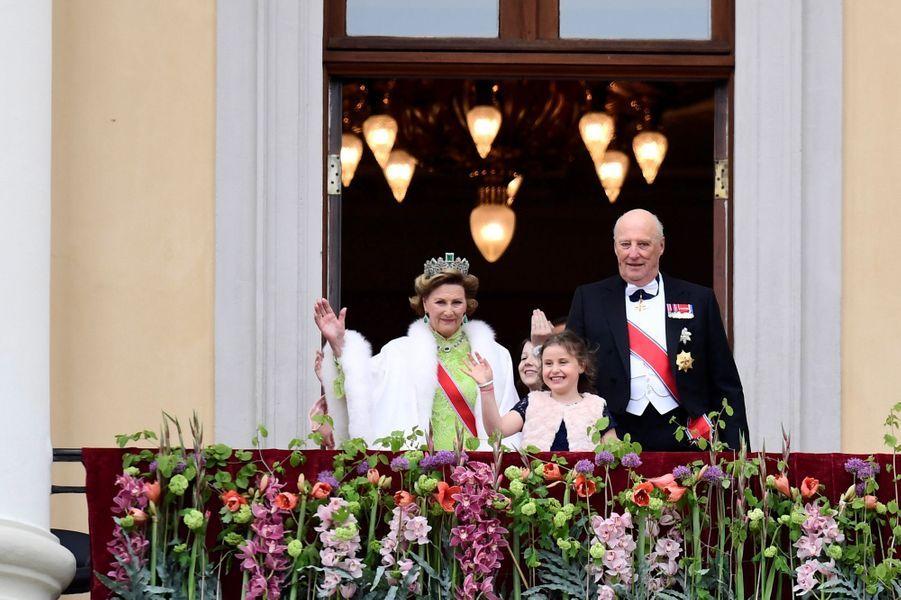 La reine Sonja et le roi Harald V de Norvège avec leurs petites-filles