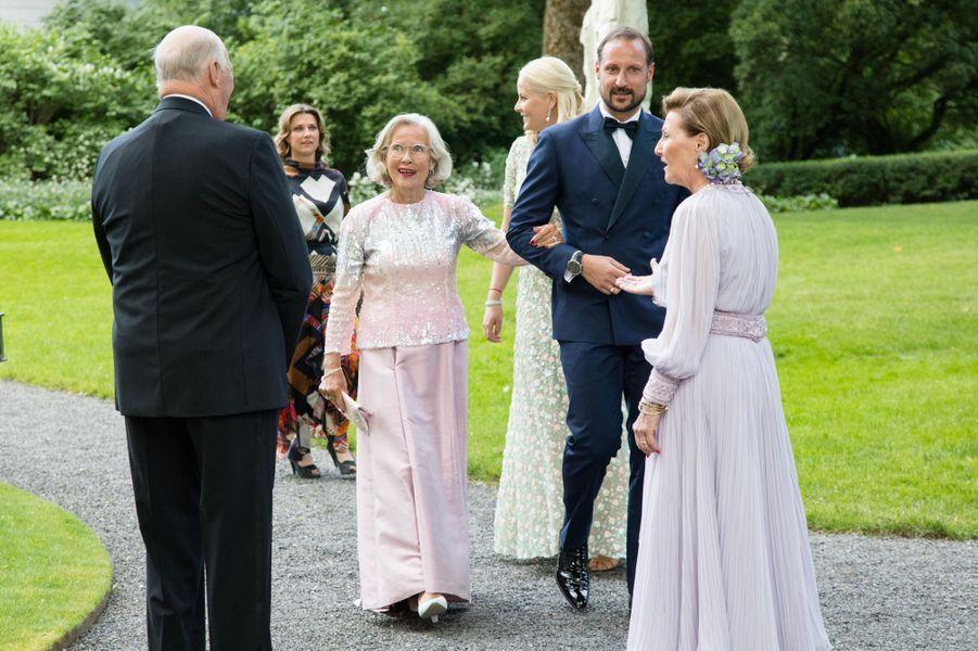 Les princesses Mette-Marit et Märtha Louise, le prince Haakon, la reine Sonja et le roi Harald V de Norvège avec Marit Tjessem à Oslo, le 4 juillet 2017