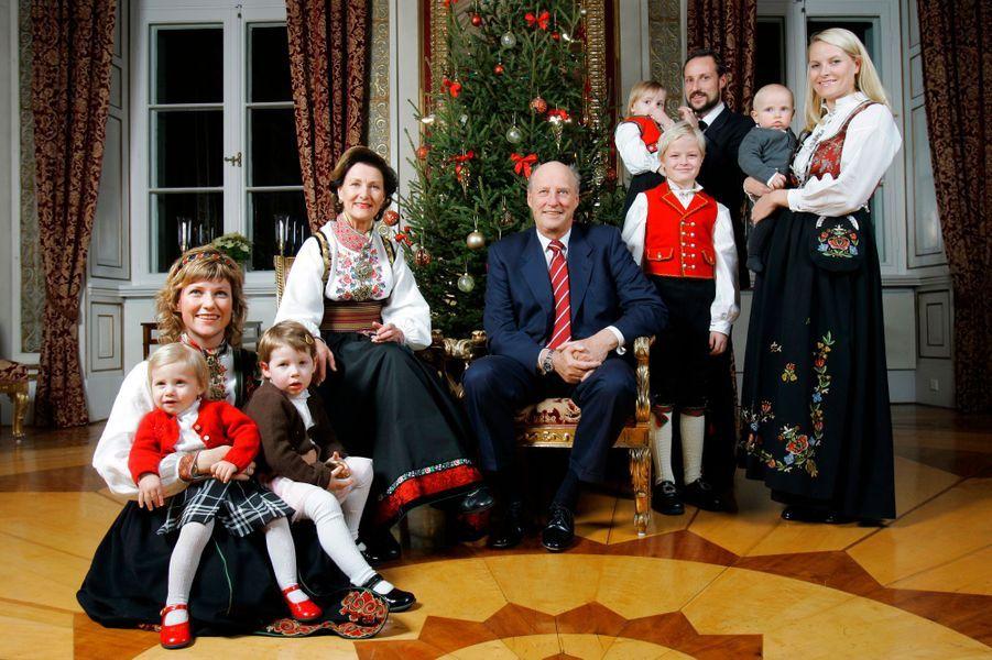 La princesse Märtha Louise de Norvège avec ses deux filles aînées et la famille royale, le 20 décembre 2006