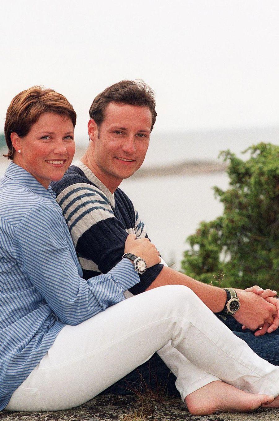 La princesse Märtha Louise de Norvège avec son petit frère le prince Haakon, le 4 juillet 1998