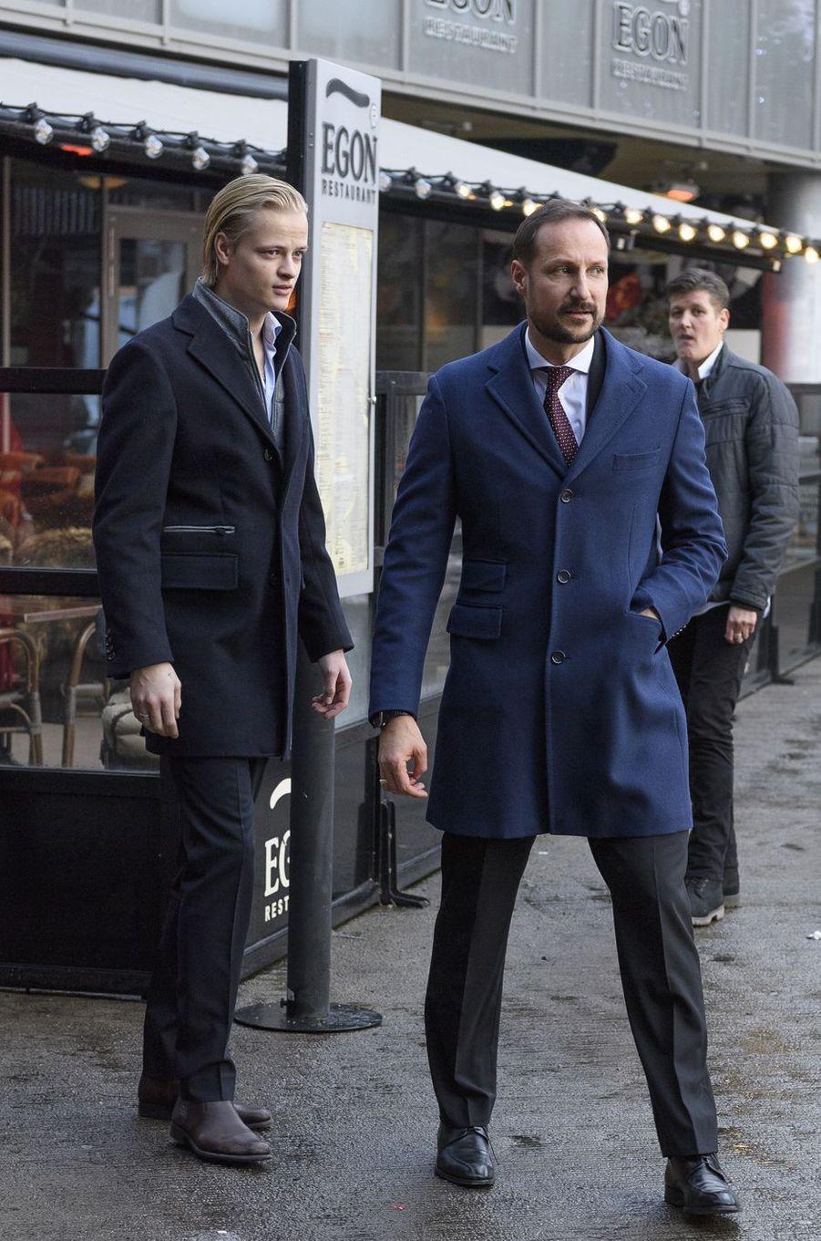 Marius Borg Hoiby et son beau-père le prince Haakon de Norvège, le 24 décembre 2017 à Oslo