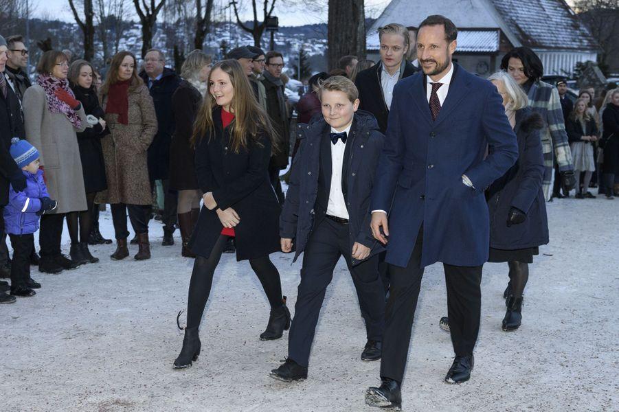 Marius Borg Hoiby avec son beau-père le prince Haakon de Norvège, sa demi-soeur la princesse Ingrid Alexandra et son demi frère le prince Sverre Magnus, le 24 décembre 2017 à Oslo