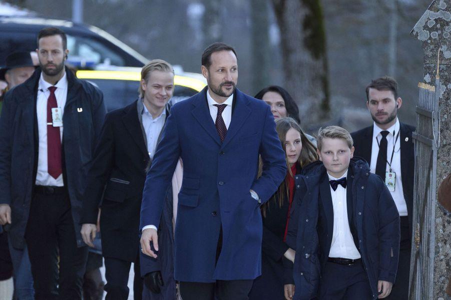 Le prince Haakon de Norvège avec ses deux enfants et Marius Borg Hoiby, le 24 décembre 2017 à Oslo