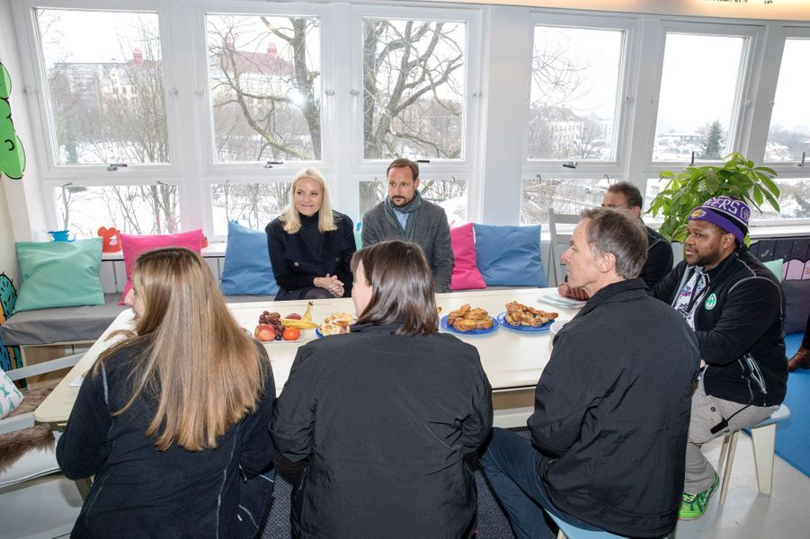La princesse Mette-Marit et le prince Haakon de Norvège dans le centre de transit de Torshov à Oslo le 15février 2017