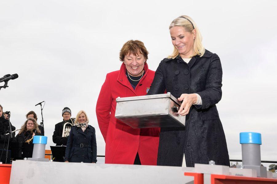 La princesse Mette-Marit de Norvège pose la première pierre du nouveau musée Munch à Oslo, le 14 octobre 2016