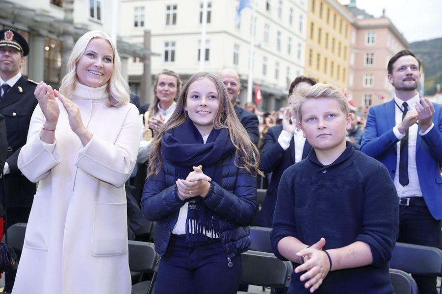 La princesse Mette-Marit de Norvège avec la princesse Ingrid Alexandra et le prince Sverre Magnus à Bergen, le 24 septembre 2017