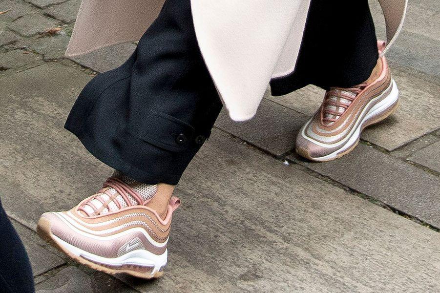 Les sneakers Nike de la princesse Mette-Marit de Norvège, à Bergen le 24 septembre 2017