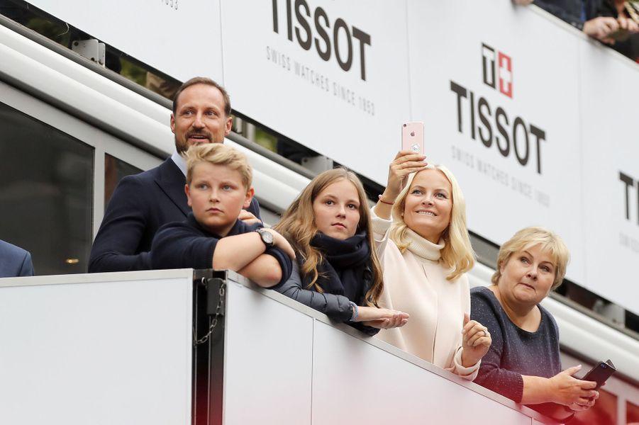 Les princesses Mette-Marit et Ingrid Alexandra et les princes Haakon et Sverre Magnus de Norvège avec la Première ministre norvégienne à Bergen, le 24 septembre 2017