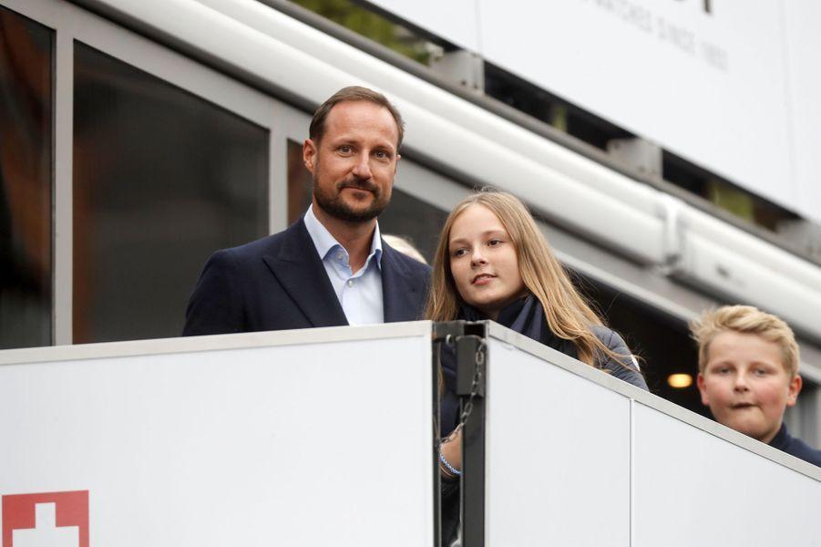Le prince Haakon de Norvège avec ses enfants à Bergen, le 24 septembre 2017