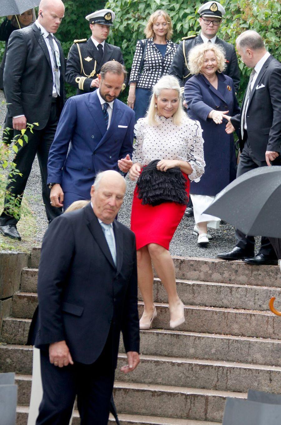 La princesse Mette-Marit avec le prince Haakon et le roi Harald V de Norvège à Oslo, le 7 juin 2016