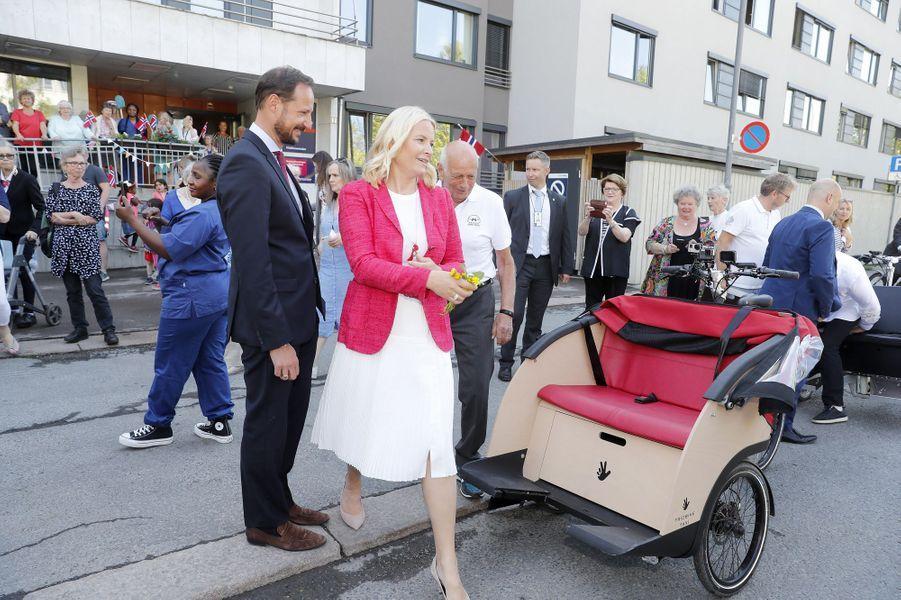 La princesse Mette-Marit et le prince Haakon de Norvège vont embarquer dans un drôle de véhicule à Oslo, le 14 mai 2018
