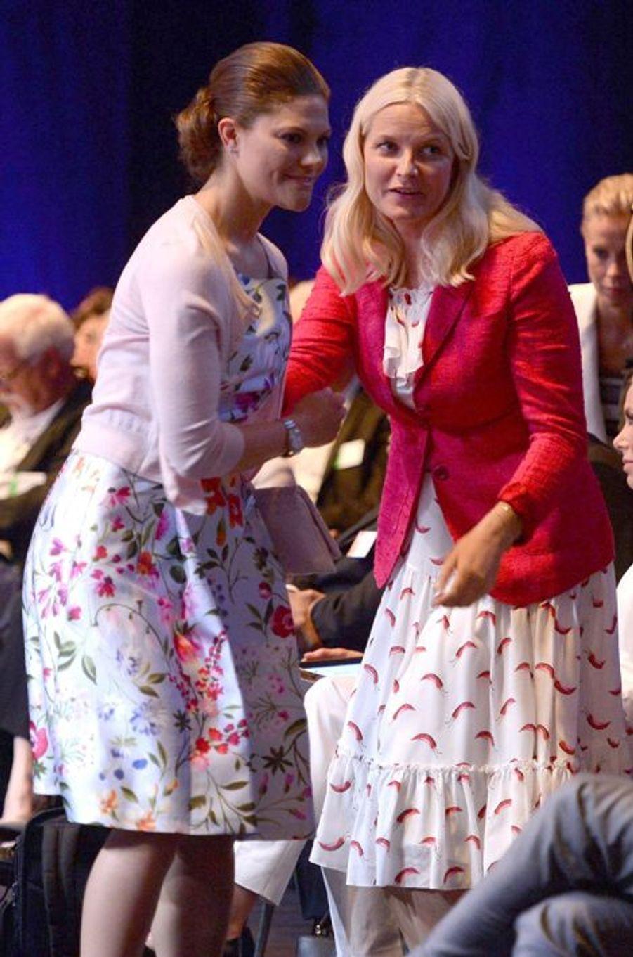 La princesse Mette-Marit de Norvège avec la princesse Victoria de Suède à Stockholm, le 1er juin 2015