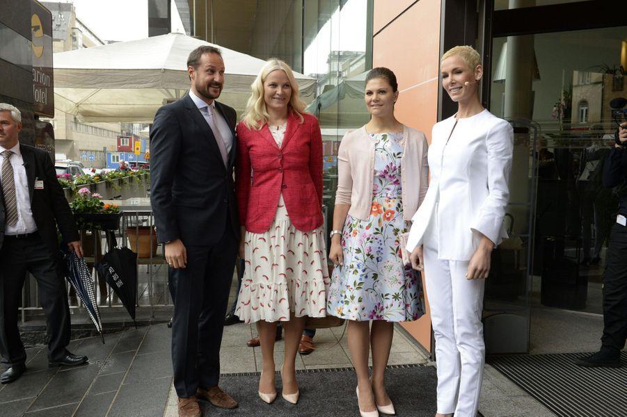 La princesse Mette-Marit et le prince Haakon de Norvège avec la princesse Victoria de Suède à Stockholm, le 1er juin 2015