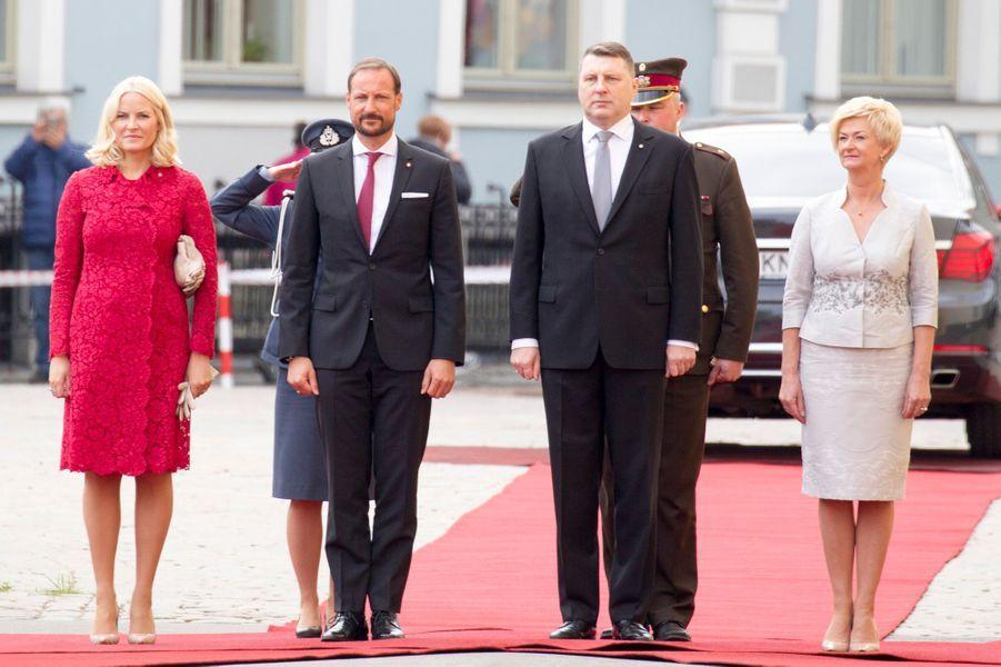 La princesse Mette-Marit, le prince Haakon de Norvège et le couple présidentiel letton à Riga, le 23 avril 2018