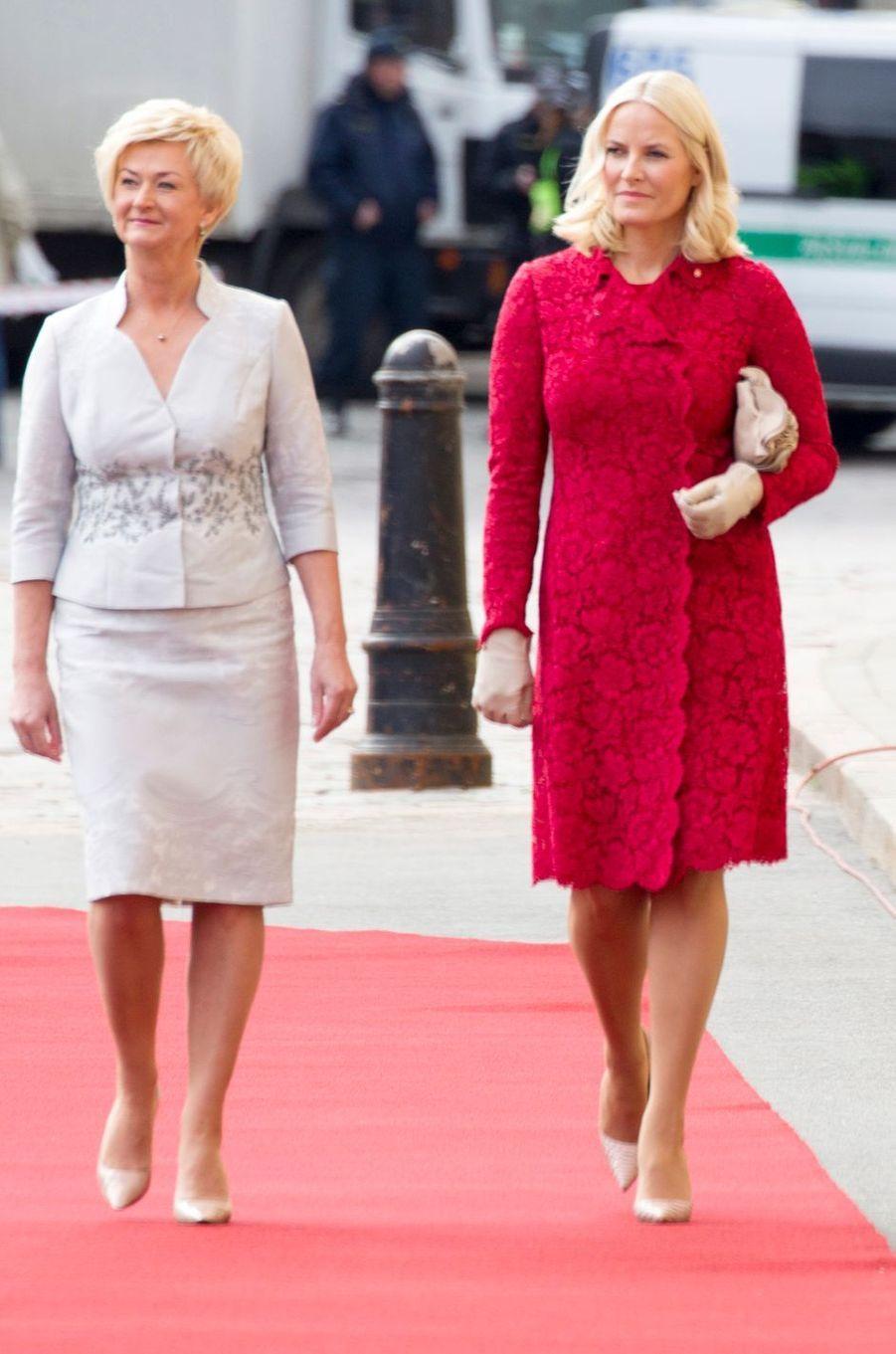 La princesse Mette-Marit de Norvège avec la Première dame de Lettonie à Riga, le 23 avril 2018