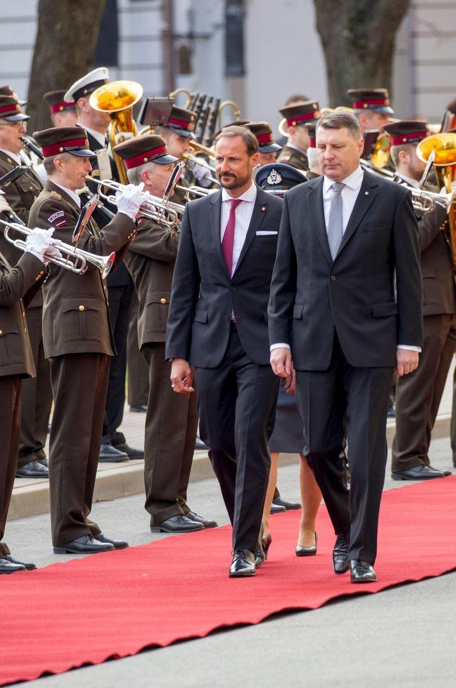 Le prince Haakon de Norvège avec le président de Lettonie à Riga, le 23 avril 2018