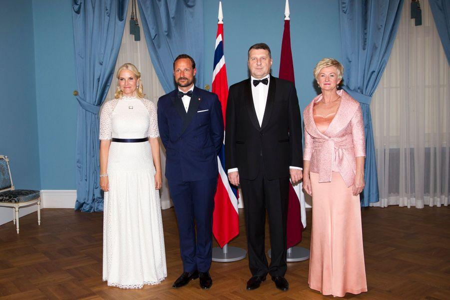 La princesse Mette-Marit et le prince Haakon de Norvège avec le couple présidentiel letton à Riga, le 23 avril 2018