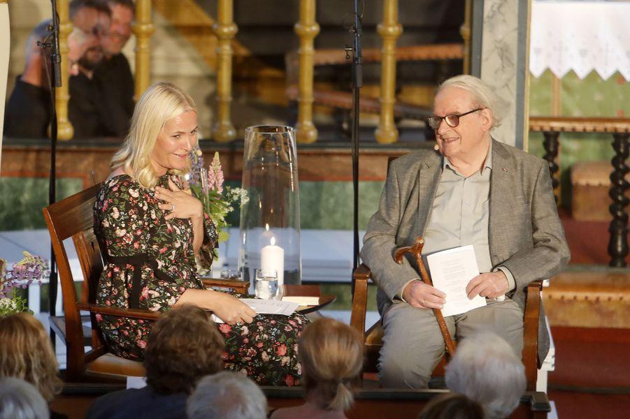 La princesse Mette-Marit de Norvège avec le poète Svein Ellingsen, dans le sud du pays, le 8 juin 2017