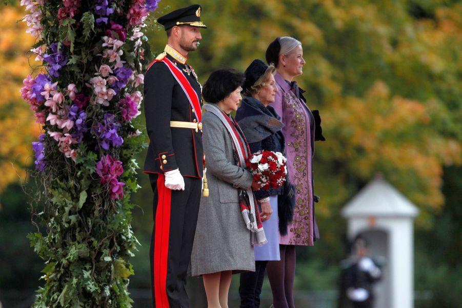 La princesse Mette-Marit, la reine Sonja et le prince Haakon de Norvège avec Mary Chee Bee Kiang à Oslo, le 10 octobre 2016