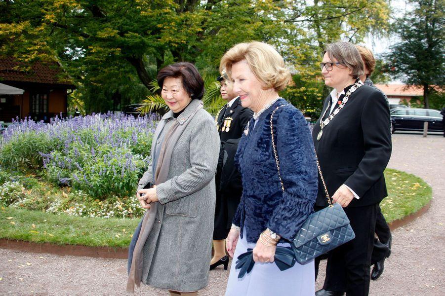 La reine Sonja de Norvège avec Mary Chee Bee Kiang à Oslo, le 10 octobre 2016