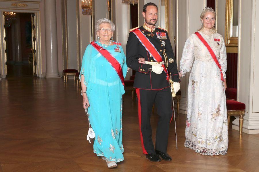 Les princesses Astrid et Mette-Marit avec le prince Haakon de Norvège à Oslo, le 10 octobre 2016