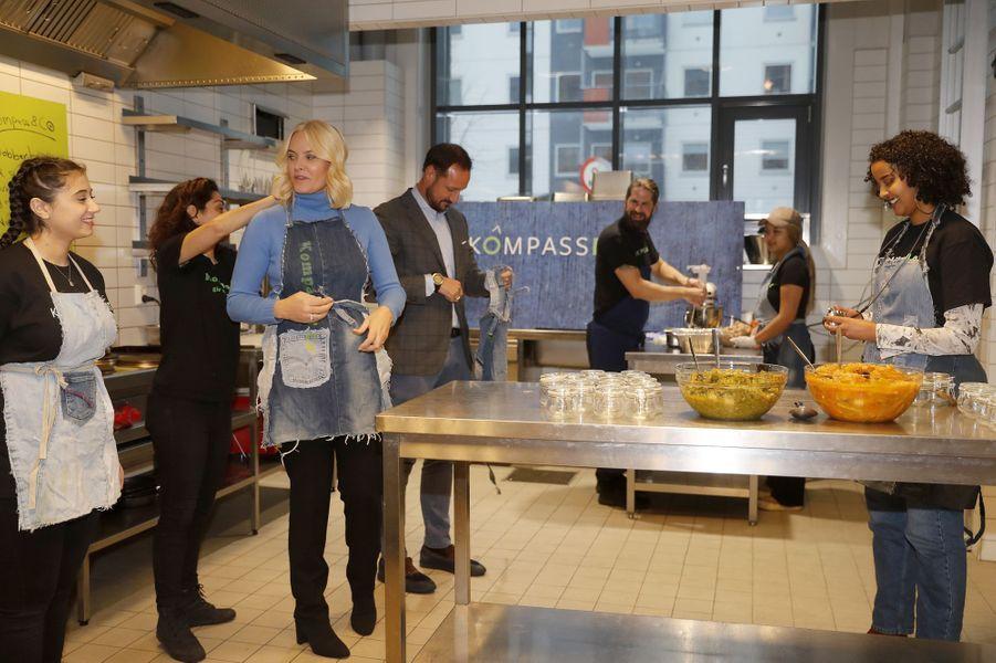 La princesse Mette-Marit et le prince Haakon de Norvège participent à un atelier cuisine à Oslo, le 14 décembre 2017