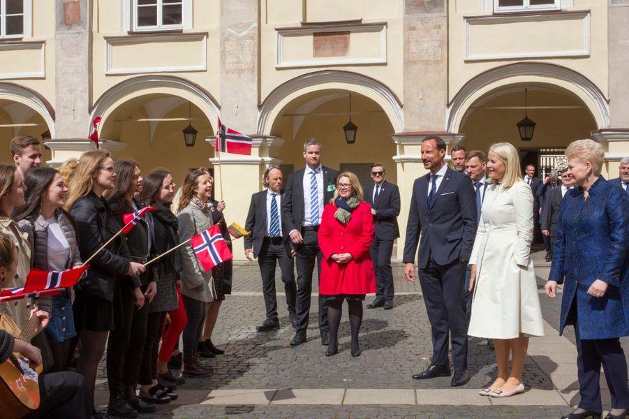 La princesse Mette-Marit, le prince Haakon de Norvège et la présidente de la Lituanie à Vilnius, le 24 avril 2018