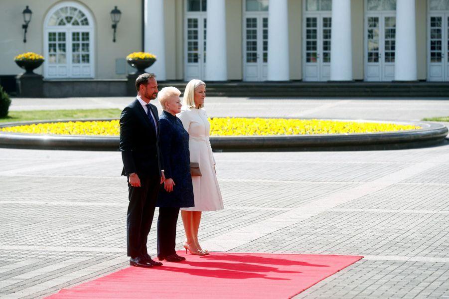 La princesse Mette-Marit et le prince Haakon de Norvège avec la présidente de la Lituanie Dalia Grybauskaitė à Vilnius, le 24 avril 2018