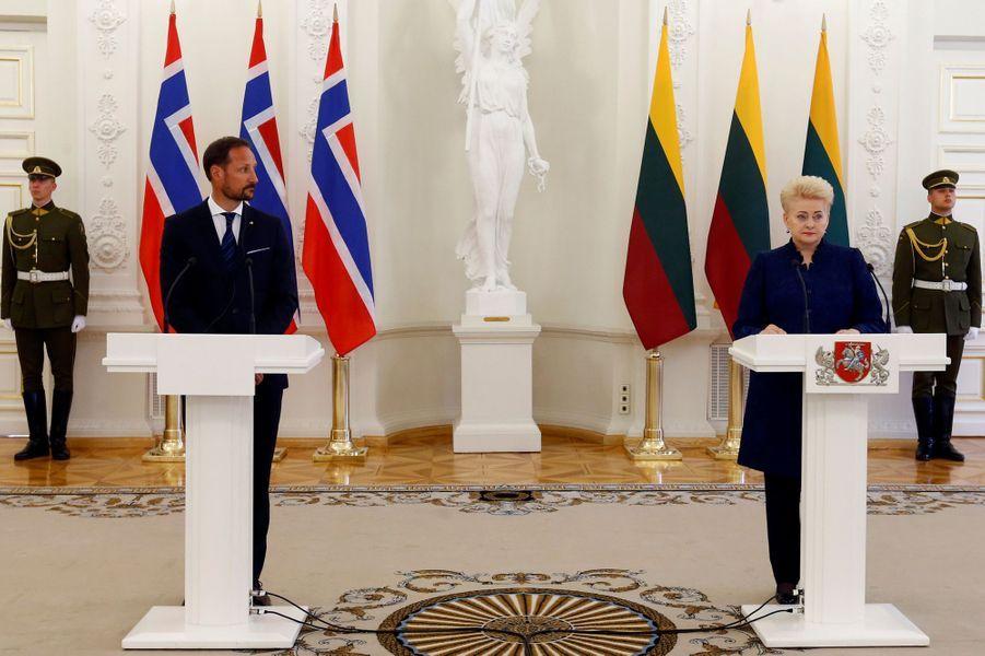 Le prince Haakon de Norvège et la présidente de la Lituanie Dalia Grybauskaitė à Vilnius, le 24 avril 2018