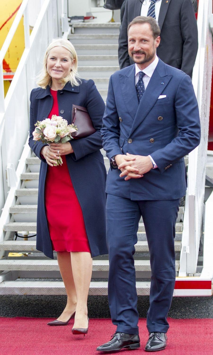 La princesse Mette-Marit et le prince Haakon de Norvège à leur arrivée à Tallinn, le 25 avril 2018