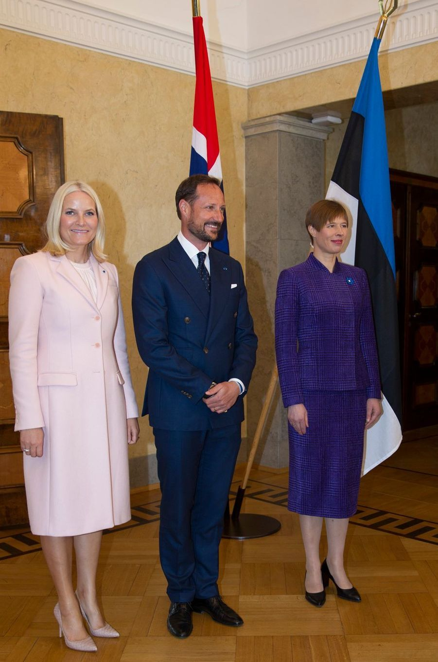 La princesse Mette-Marit et le prince Haakon de Norvège avec la présidente estonienne Kersti Kaljulaid à Tallinn, le 25 avril 2018