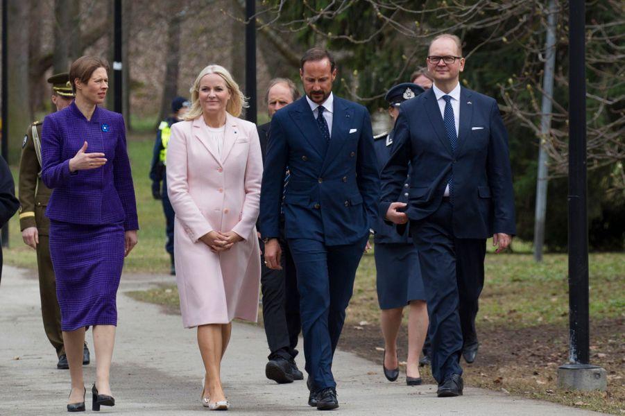 La princesse Mette-Marit, le prince Haakon de Norvège avec la présidente estonienne à Tallinn, le 25 avril 2018