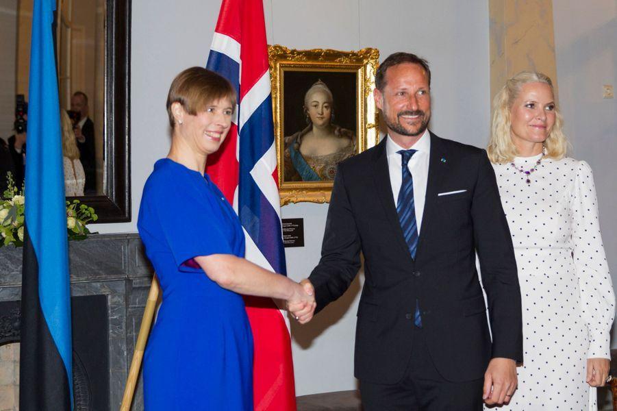 La princesse Mette-Marit et le prince Haakon de Norvège avec la présidente estonienne à Tallinn, le 25 avril 2018