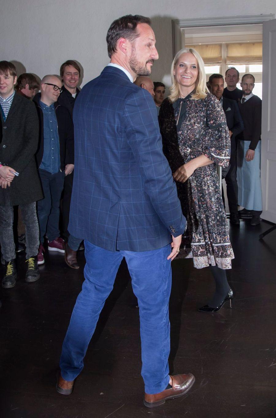 La princesse Mette-Marit, dans une robe Ulla Johnson, avec le prince Haakon de Norvège à Skaugum, le 2 mars 2017