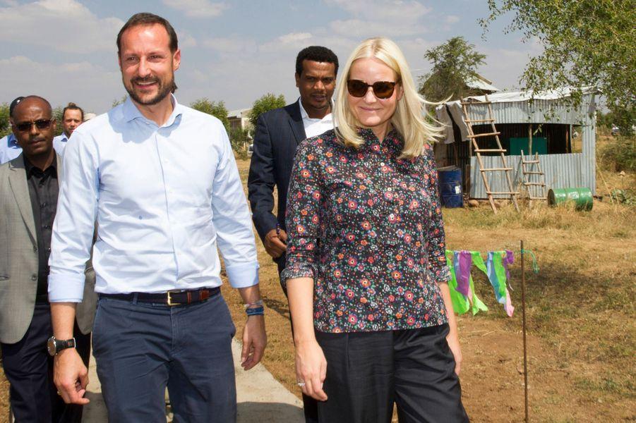 Le prince Haakon et la princesse Mette-Marit de Norvège dans le camp de réfugiés d'Hitsats en Ethiopie, le 9 novembre 2017