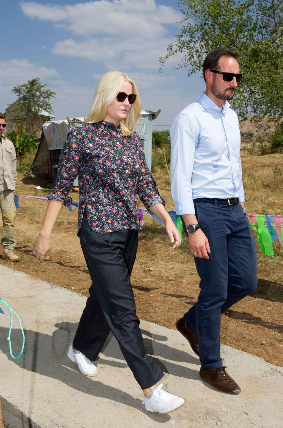 La princesse Mette-Marit et le prince Haakon de Norvège arrivent dans le camp de réfugiés d'Hitsats, le 9 novembre 2017