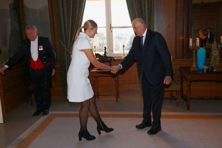 Le roi Harald V de Norvège avec Beatrice Fihn, directrice de ICAN, prix Nobel de la paix, à Oslo le 10 décembre 2017