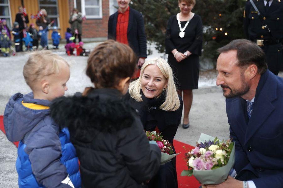 La princesse Mette-Marit et le prince Haakon de Norvège à Lorenskog, le 13 décembre 2017