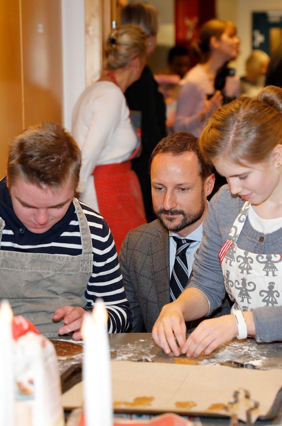 Le prince Haakon de Norvège s'invite dans un atelier de Noël à Baerum, le 14 décembre 2016