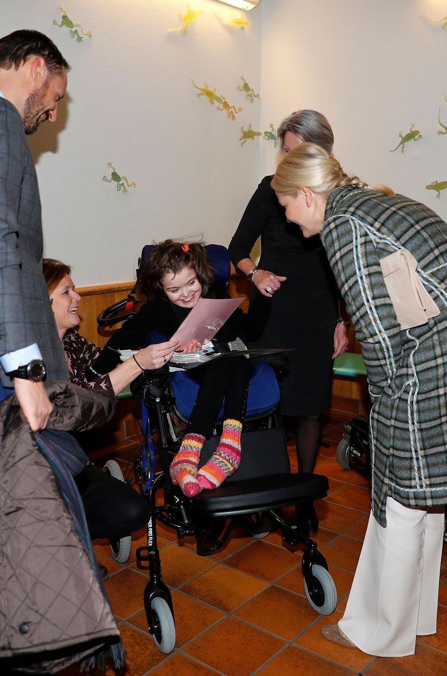 La princesse Mette-Marit et le prince Haakon de Norvège dans une école et centre de ressources pour des enfants ayant des difficultés d'apprentissage à Baerum, le 14 décembre 2016