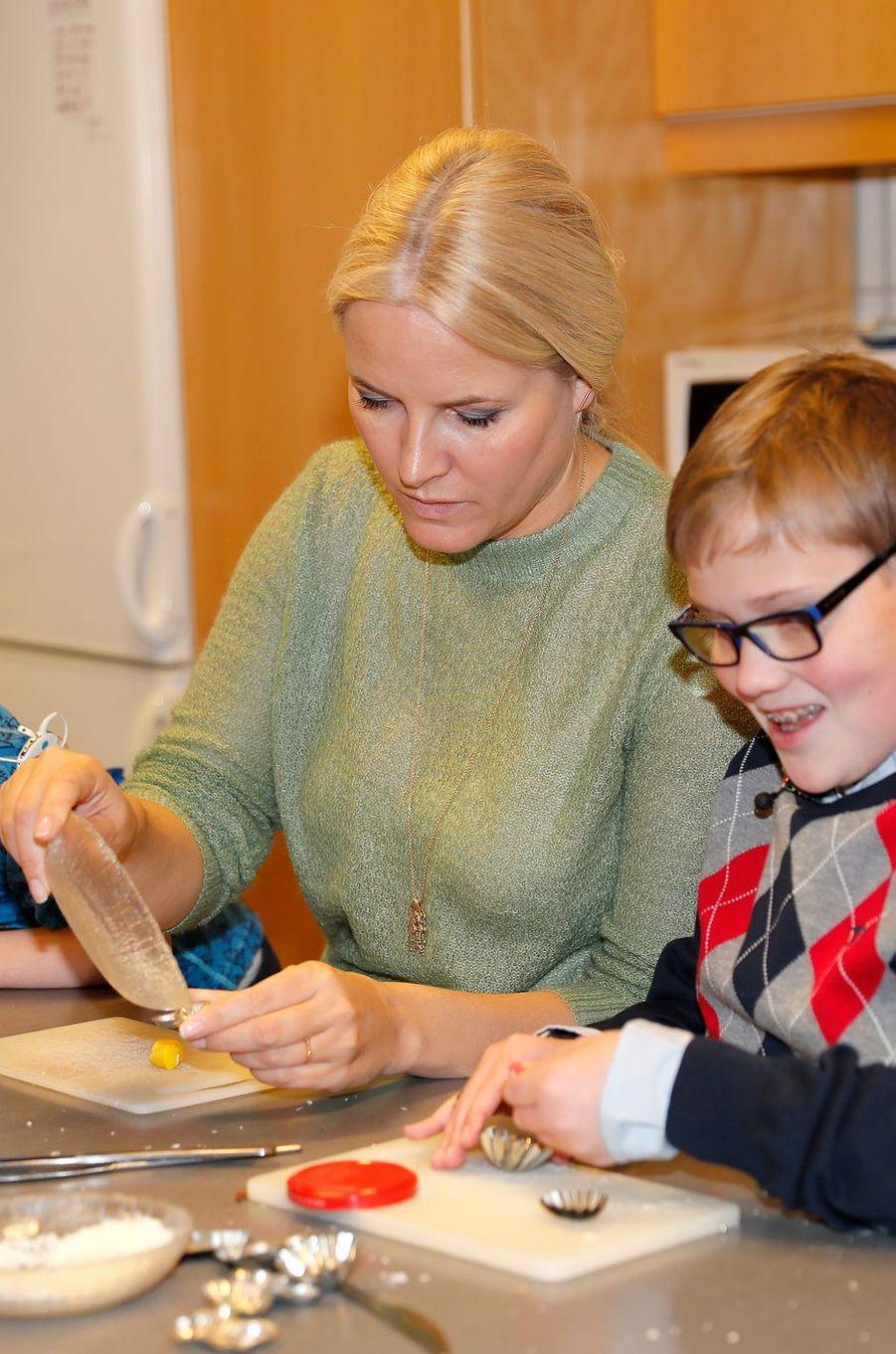 La princesse Mette-Marit de Norvège s'invite dans un atelier de Noël à Baerum, le 14 décembre 2016