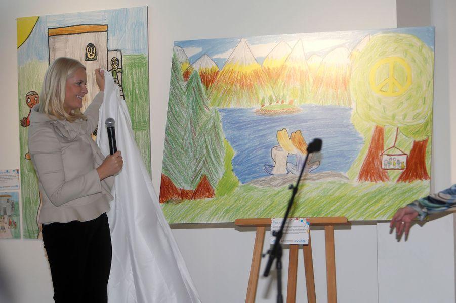La princesse Mette-Marit de Norvège inaugure une exposition de dessins d'enfants en lien avec l'Unicef à Oslo, le 13 décembre 2016